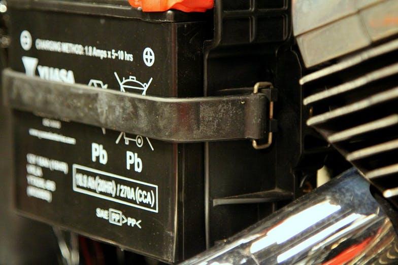 cambiar bateria de motocicleta